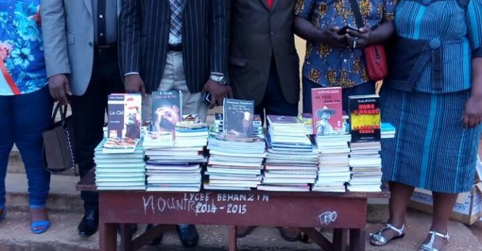La délégation de l'amicale des anciens élèves littéraires du Lycée Béhanzin promotion 90-95 avec le lot d'ouvrages offerts à la bibilothèque