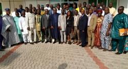Photo de famille des députés et du ministre du cadre de vie à Dassa