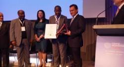 Le Président Adrien Houngbédji recevant le prix de la Fondation 2017 et la médaille en or en de Crans Montana