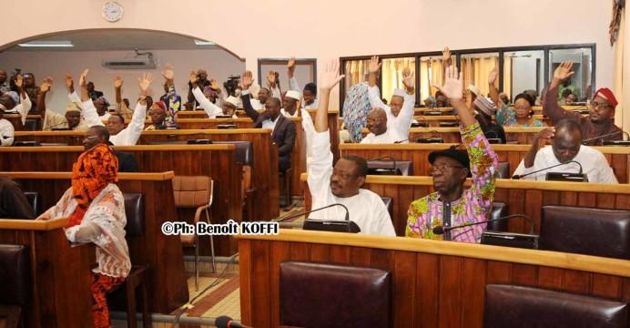 Les députés lors du vote consacrant l'adoption du Rapport d'activités (1er avril-30 septembre 2017) du Président de l'Assemblée nationale
