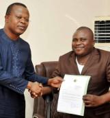 Le PVP/Parlement  Eric Houndété remettant la lettre de félicitation à Donatien Eustache Akoto président Emergence Sorrisi-Benin »
