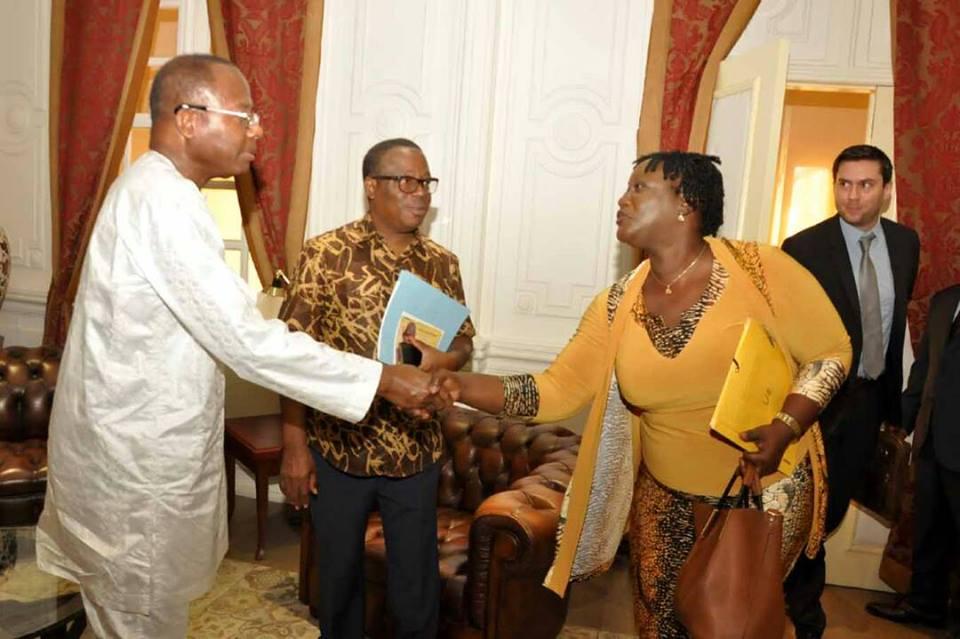 Poignée de mains entre Mme Josiane FOUNDOHOU, responsable de l'Institut Néerlandaise pour la Démocratie Multipartite et le président Adrien Houngbédji