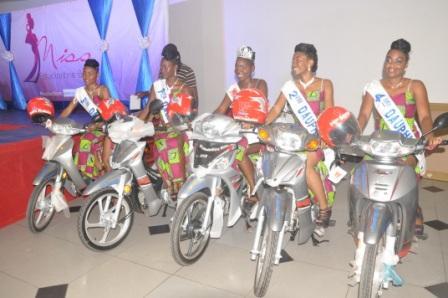 La Miss Estudiantine Bénin 2018 au milieu de ses dauphines